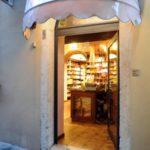 Erboristeria Città Antica – l'entrata del negozio ravvicinata