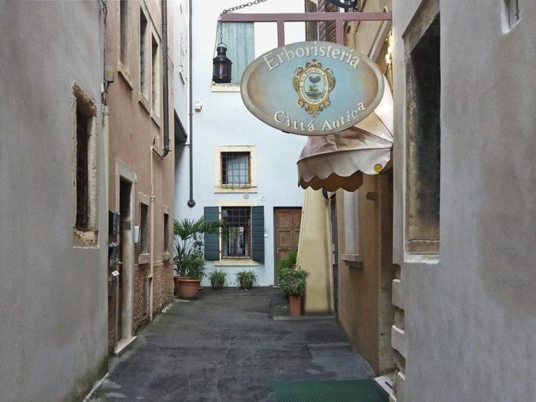 Erboristeria Città Antica – l'entrata del negozio